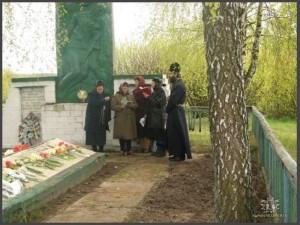 Панихида на братской могиле по павшим односельчанам. (фото Г.Тарнавского)